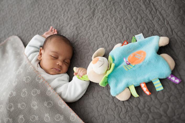 Portrait tout doux d'un bébé entrain de dormir.