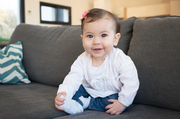 Portfolio bébé naissance Marseille. Jolie bébé pétillante et souriante.