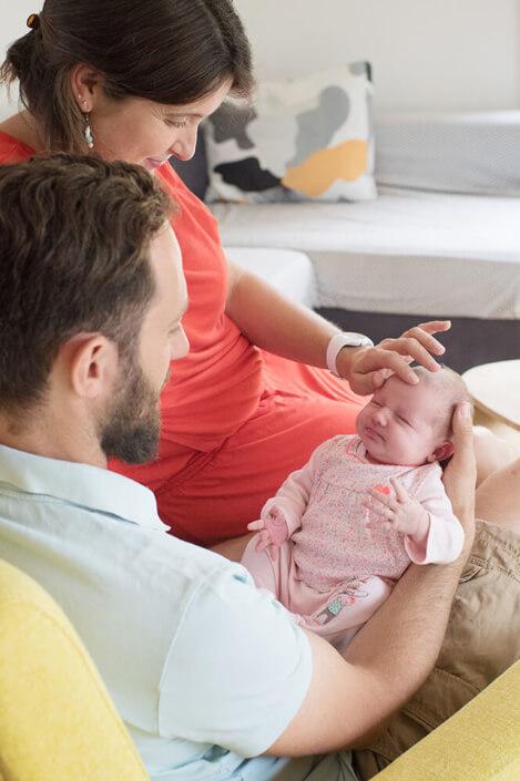 Maman caressant le front de son bébé. Moment de zénitude absolu.