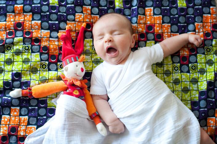 Portfolio bébé naissance Marseille. Portrait rigolo de bébé et de son doudou clown.