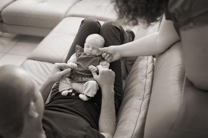 Maman caressant la joue de son tout petit. Photo de famille en noir et blanc