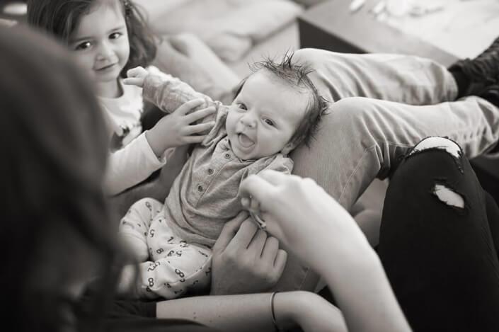 Sur les genoux de maman. Portrait de bébé en NB.