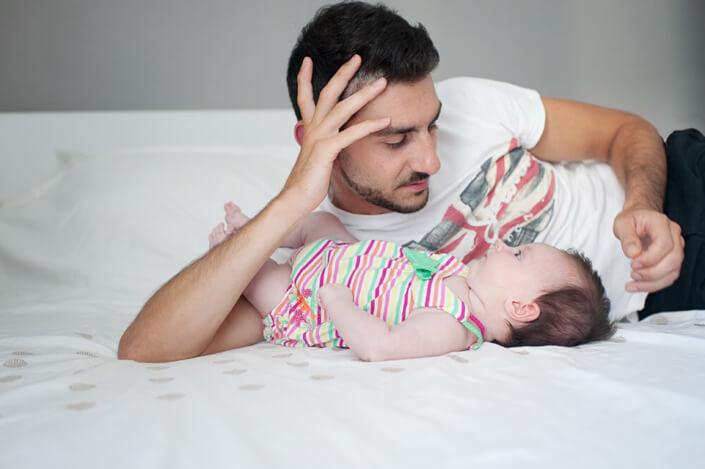 Portfolio bébé naissance Marseille. En tête à tête avec papa.