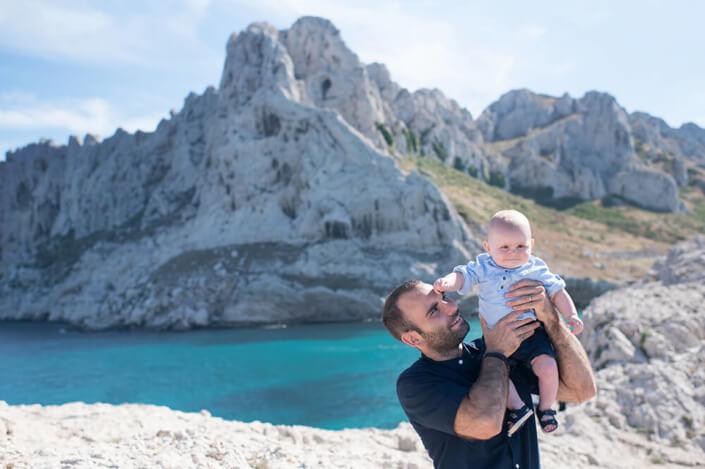 Bébé assis sur l'épaule de son père. Les Goudes, Marseille.