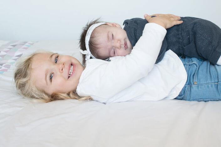 Portfolio bébé naissance Marseille. Portrait de 2 sœurs pour le faire-part de naissance.