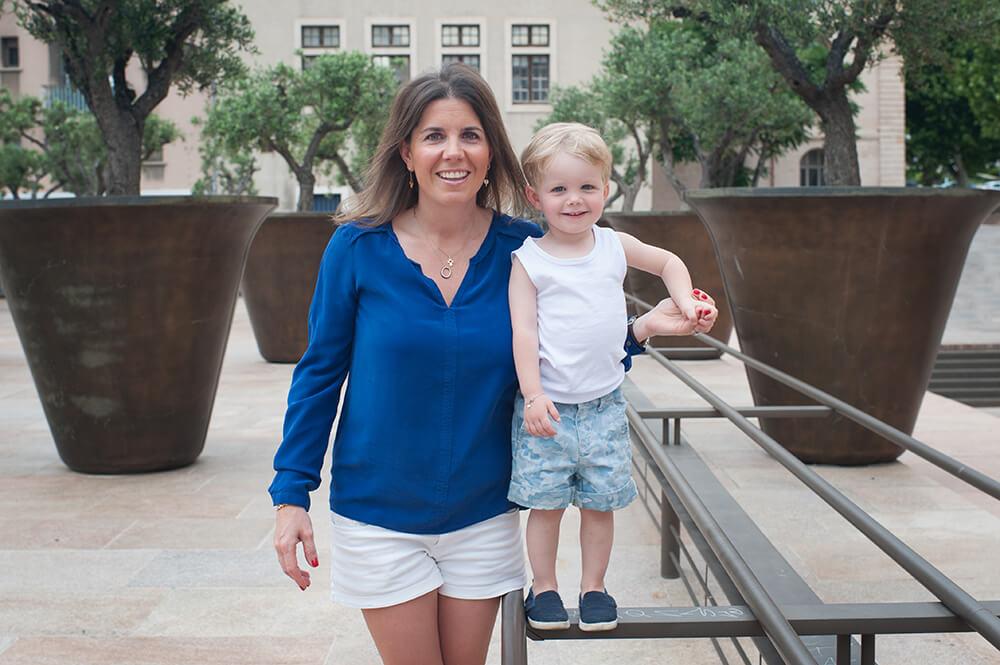 Portrait d'un petit garçon avec sa maman.