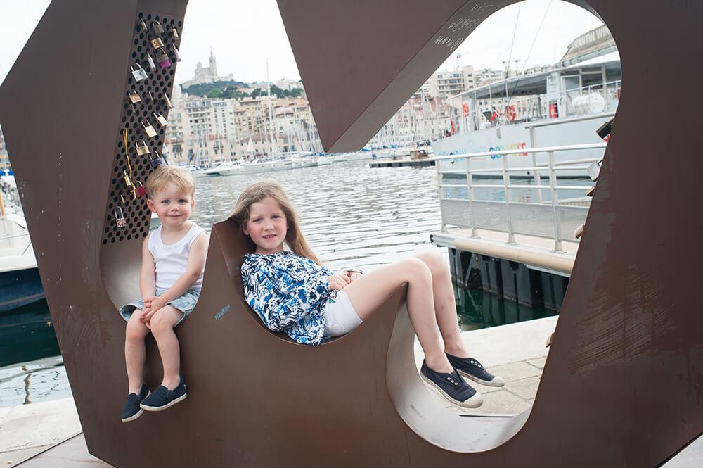 Assis dans le M de Marseille.