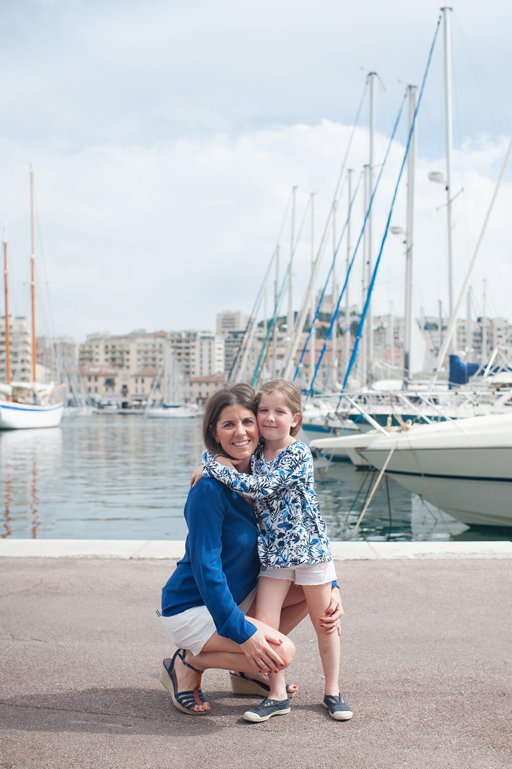 Photo avec sa maman devant les voiliers.