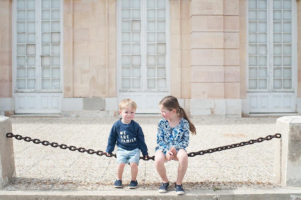 Portrait enfants jouant sur une chaine.
