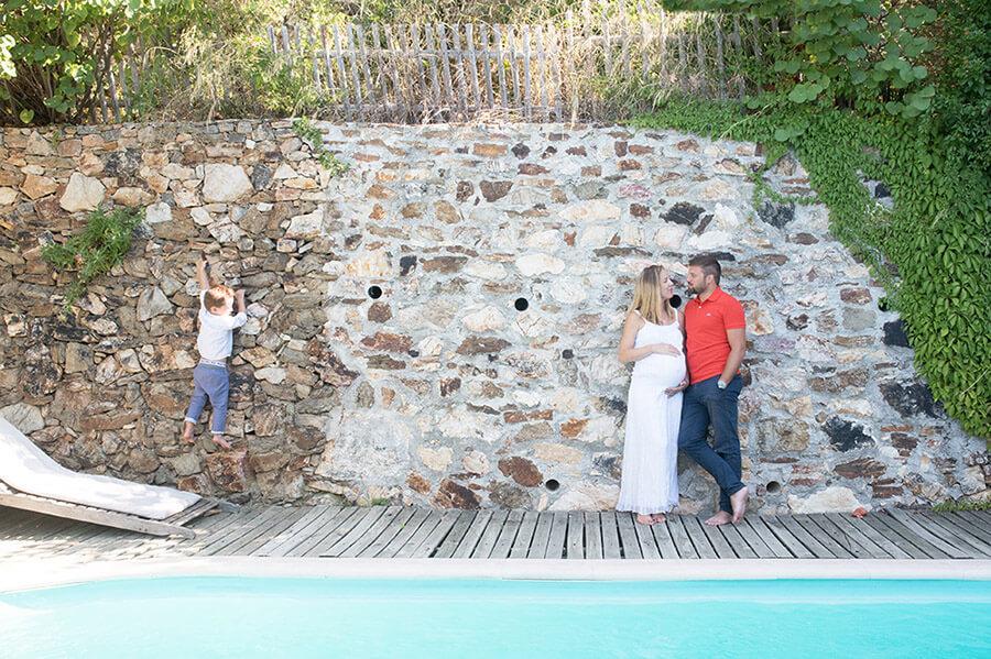 Jeune couple posant à côté de la piscine.