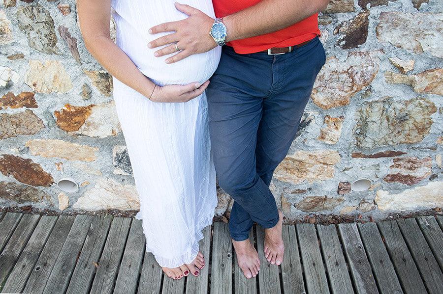 Portrait femme enceinte en bleu , blanc et rouge.