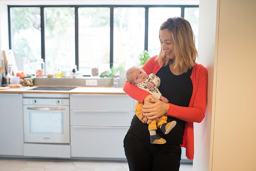 Prise de vue lifestyle nouveau-né dans la cuisine.
