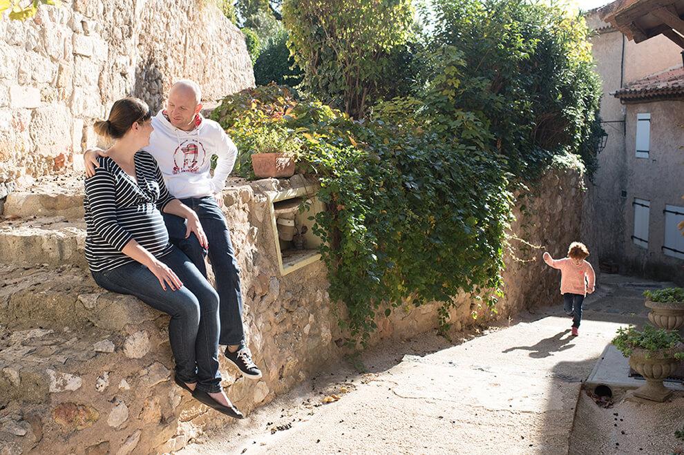 Photo famille dans un rayon de soleil.