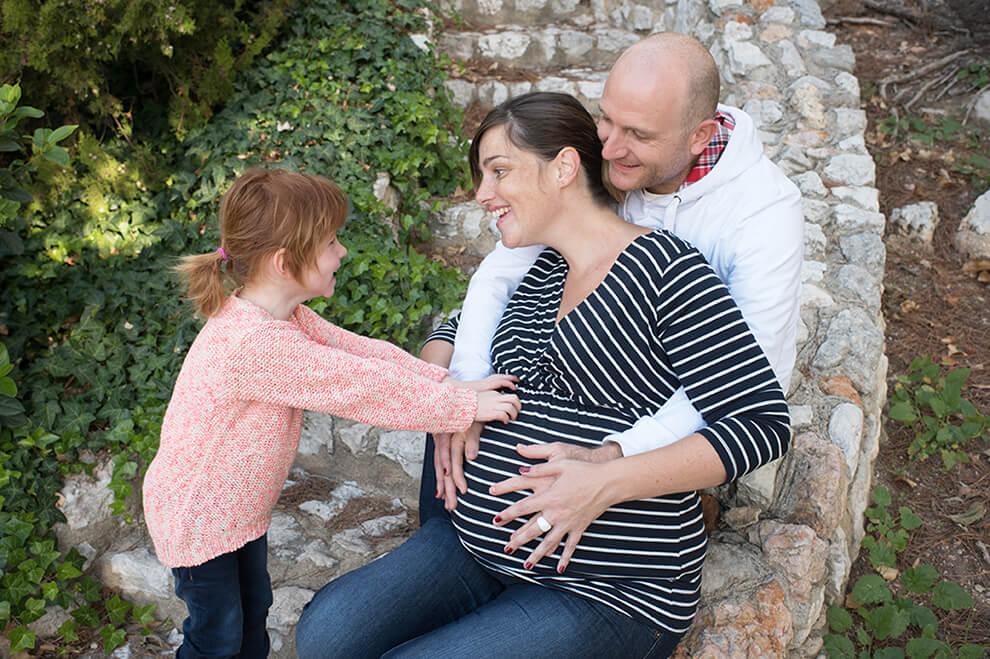 Touché bébé dans le ventre de maman.