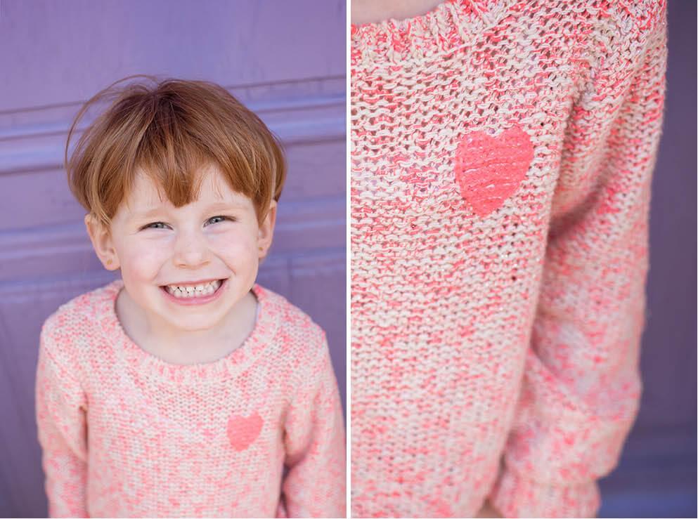 Portrait d'une jolie demoiselle avec un pull rose.
