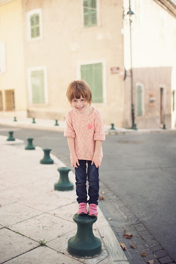 Enfant entrain de jouer dans la rue.