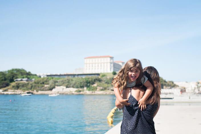 Portrait lifestyle au Mucem. Portfolio enfant Marseille