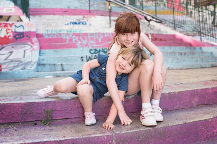 Portrait de deux sœur sur des marches. Portfolio enfant Marseille.