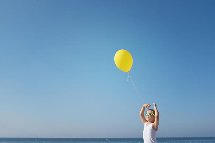 Ballon jaune sur fond bleu.