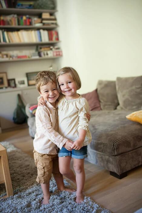 Deux enfants main dans la main