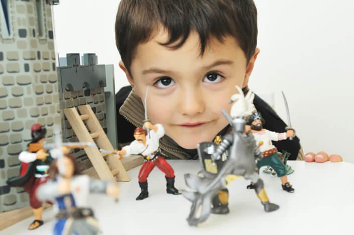 Enfant jouant avec ses soldats de plombs.