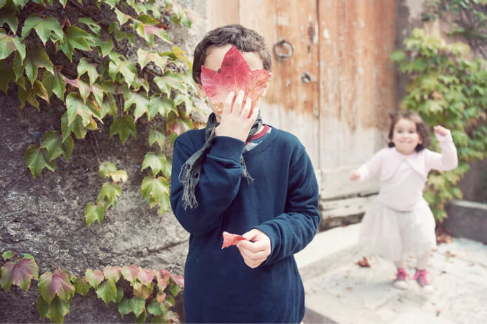 Enfants jouant à cache-cache.