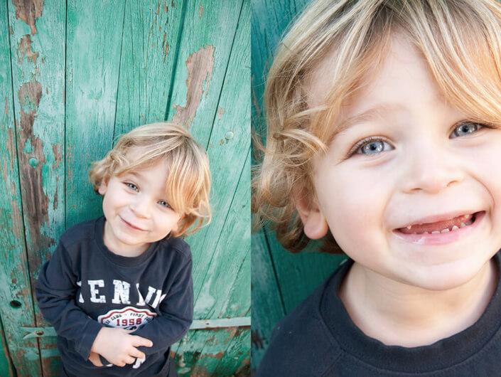 Portrait serré d'un enfant blond aux yeux translucides.