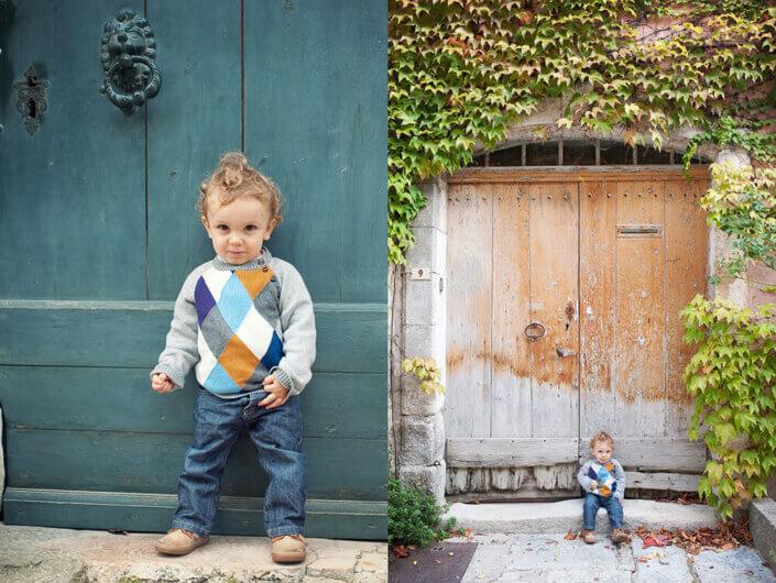 Portrait d'un enfant devant une jolie porte ancienne. Portrait lifestyle.