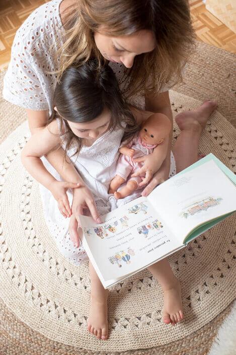 Lire une histoire à sa fille.
