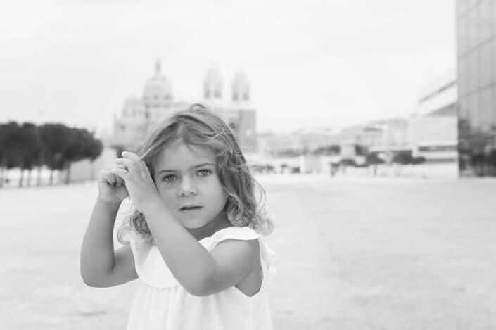 Portfolio enfant Marseille. Portrait NB enfant devant le Mucem.