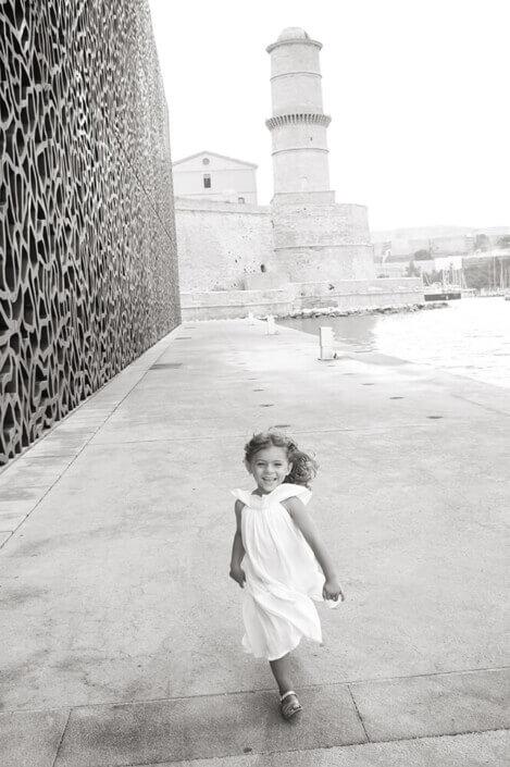 Portfolio enfant Marseille. Portrait lifestyle NB au Mucem.