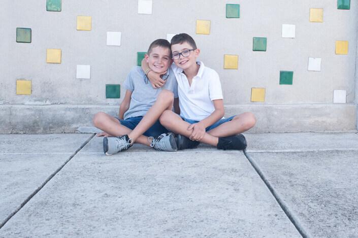 Portfolio enfant Marseille. Deux frères à la cité Radieuse.